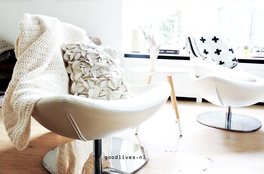 crèmekleurig gehaakt kleed over stoel